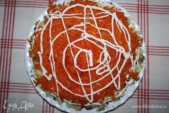 Далее — слой моркови (натереть на крупной терке) и слой майонеза.