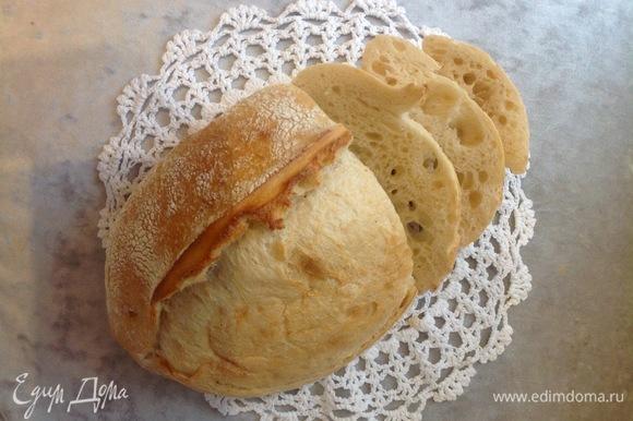Беру свежий хлеб, неважно, белый или черный, но обязательно пористый. Нарезаю, подсушиваю в духовке. Выключаю суп. Процеживаю бульон. Цыпленка вынуть, мясо отделить от костей, положить небольшую порцию в тарелку, налить бульон. В бульон кладу хрустящий хлеб, на хлеб — яйцо, все посыпаю тертым сыром. Приятного аппетита!