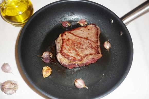 Обжаривать мясо на сильном огне со всех сторон до румяной корочки.