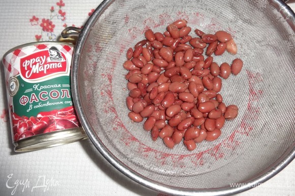 Открыть банку с красной консервированной фасолью ТМ «Фрау Марта». Откинуть фасоль на сито и промыть под проточной водой. Дать воде полностью стечь.