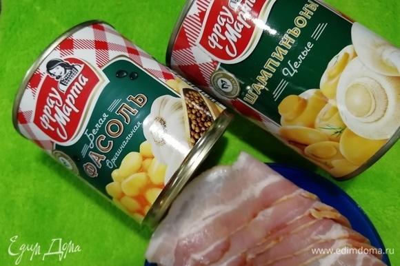 Для начинки возьмем фасоль белую консервированную ТМ «Фрау Марта», шампиньоны целые ТМ «Фрау Марта», сырокопченый бекон и 1 луковицу.