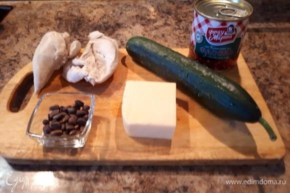 Открыть банку красной консервированной фасоли ТМ «Фрау Марта», слить воду, смешать фасоль с куриным филе, огурцом, сыром.