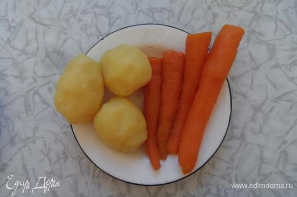 Из вареного картофеля выбрать 2 одинаковые штуки: красивые, ровные и плотные. Остальной картофель нарезать мелким кубиком. Морковь тоже нарезать мелким кубиком.