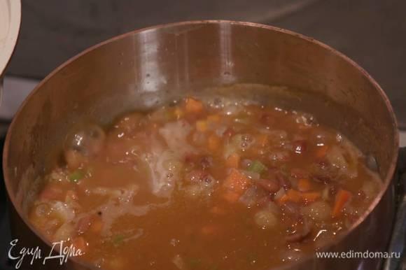 Макароны всыпать в кастрюлю с овощами и, добавив листья шалфея, отваривать на минуту меньше, чем указано на упаковке.