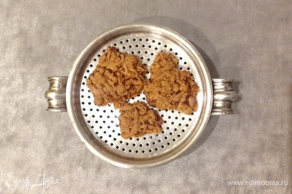 Сухое печенье (у меня было с ароматом меда) измельчаю в блендере в крошку. Добавляю сливочное масло и сахар. Вымешиваю.