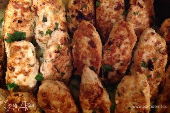 Все готово. Можно подать с картофельным пюре, добавить в него мяту, укроп, сливочное масло — это очень вкусно) Приятного аппетита!