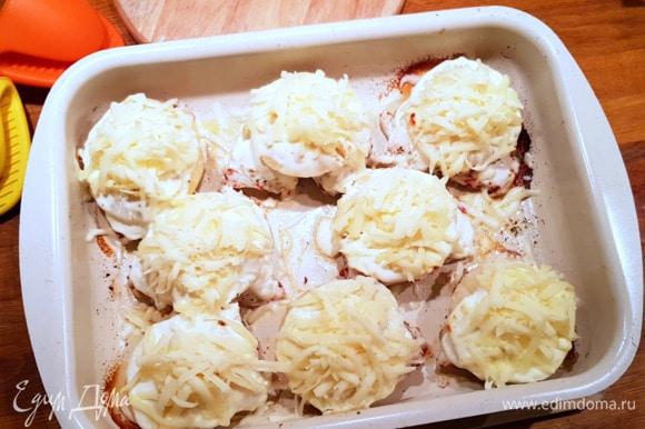 Достаем наше филе с ананасом через 10 минут и посыпаем хорошенько натертым сыром. И убираем в духовку до полного приготовления и появления румяной корочки на сыре (примерно 15 минут). Главное, не пересушить грудку!