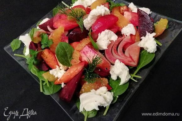 А можно порвать моцареллу на волокна и разложить на салате. Украсить зеленью. По необходимости посолить. Вместо моцареллы можно использовать козий мягкий сыр, фету или рикотту.