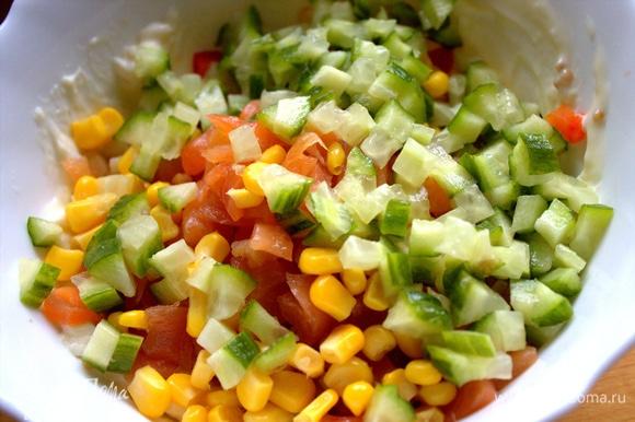 Пересыпаем кукурузу вместе с огурцом в начинку.
