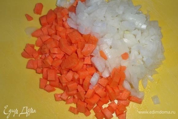 Лук и морковь почистить, вымыть, обсушить. Лук и морковь нарезать мелкими кубиками.
