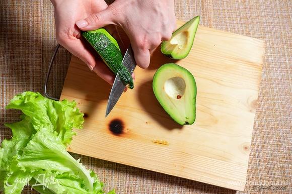 Почистите авокадо.