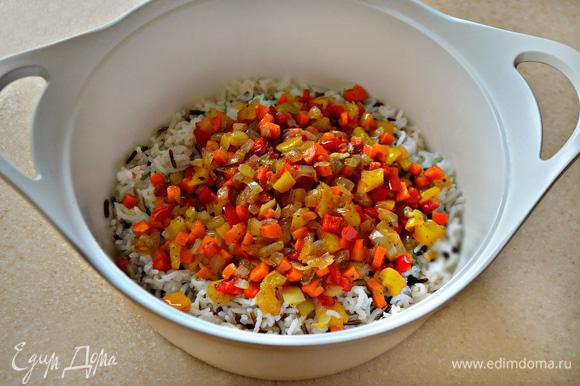 Приготовленные овощи добавьте к рису и перемешайте.
