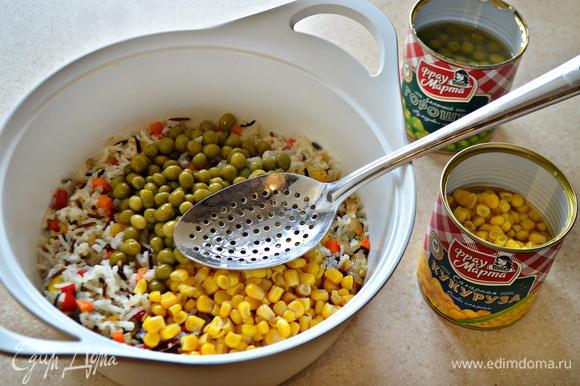 Затем добавьте по 3 ст. л. консервированного зеленого горошка и кукурузы. Перемешайте начинку.