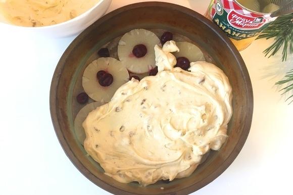 Выкладываем тесто поверх ананасов, равномерно распределяя его по форме.