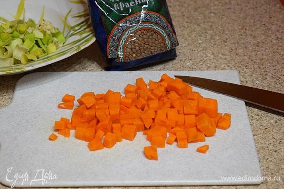 Морковь нарезать кубиком.