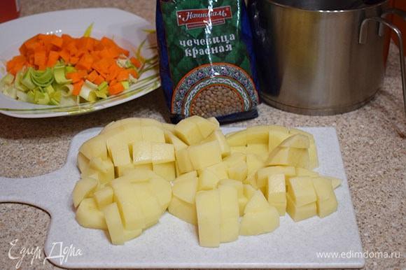 Картофель крупно нарезать.