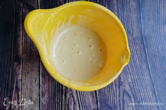 Отдельно соединим муку с разрыхлителем. Во взбитые яйца добавляем воду, а затем — сухие ингредиенты. Перемешиваем и оставляем, прикрыв, на 15–20 минут.