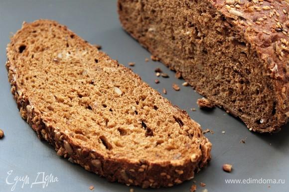 Подготовить хлеб. Подрумянить в разогретой духовке 2–3 минуты.