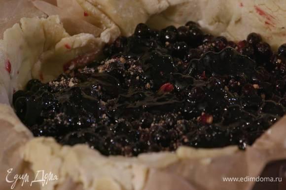 Охлажденное тесто смазать 2 ст. ложками джема и присыпать крошкой из печенья с сахаром, затем равномерно разложить смородину и снова присыпать крошкой из печенья, сверху выложить оставшийся джем.