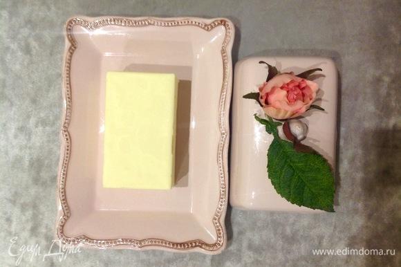 Масло должно быть комнатной температуры. Кладу его в миску, хорошо взбиваю 3–5 минут.