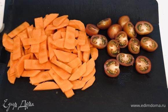 Морковь нарезать, помидоры черри разрезать пополам.