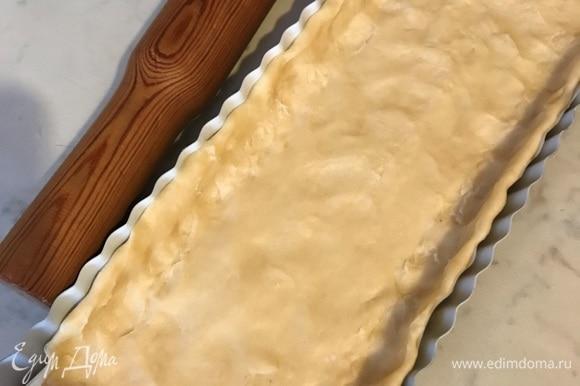 Тесто раскатать и выложить в форму, смазанную сливочным маслом.