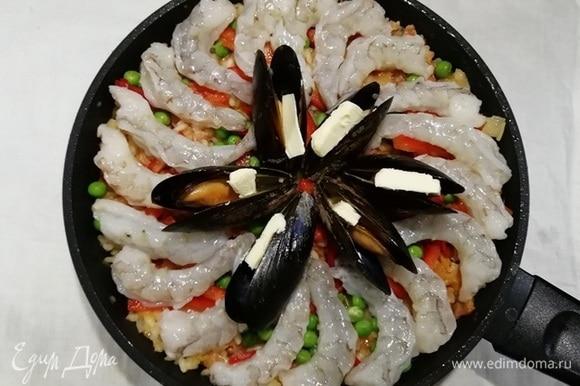 Выкладываем морепродукты. В каждую раковину мидий я вкладываю немного сливочного масла для аромата и вкуса.