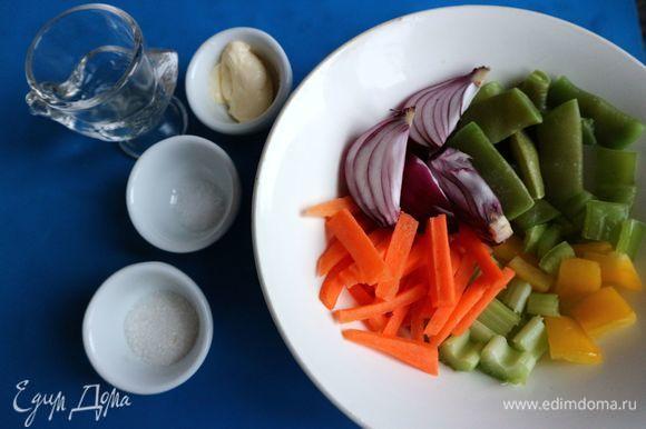 Приготовить овощи в легкой карамели. Овощи почистить, нарезать: морковь — брусочками, сельдерей и перец — небольшими кусочками, лук нарезать дольками таким образом, чтобы в каждой дольке присутствовала близкая к корневой системе часть, тогда лук при приготовлении не будет распадаться.