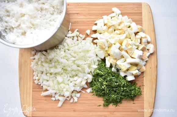 Репчатый лук нарезать кубиком, зелень измельчить, яйца порубить ножом.