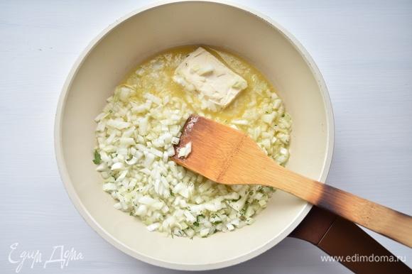 В сковороде растопить сливочное масло, пассеровать лук до прозрачности.