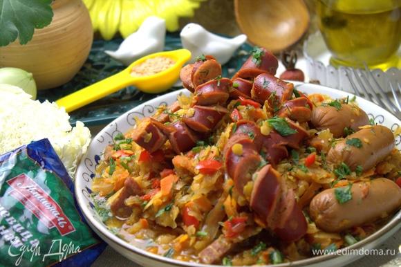 Сверху выкладываем колбаски и сосиски.