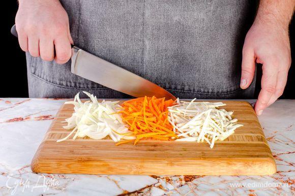 Нарежьте соломкой лук, морковь и корень сельдерея.