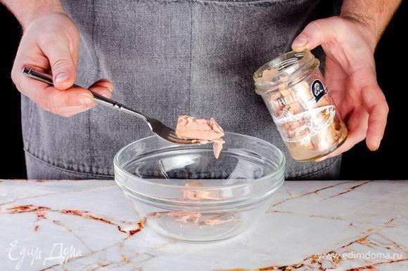 Выложите консервированного тунца ТМ «Капитан Вкусов» в тарелку, слегка разомните вилкой.