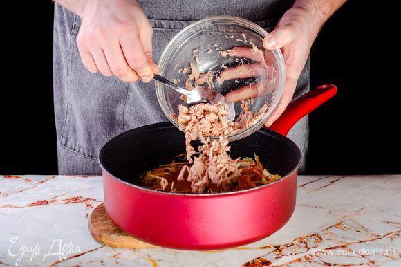 Обжарьте овощи на оливковом масле в течение нескольких минут. В конце жарки добавьте в сотейник протертые томаты и тунец ТМ «Капитан Вкусов». Потушите в течение 10 минут.