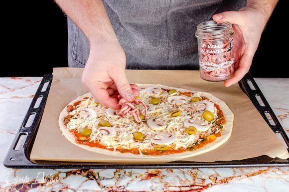 Щупальца кальмаров ТМ «Капитан Вкусов» процедите от жидкости, выложите на пиццу.