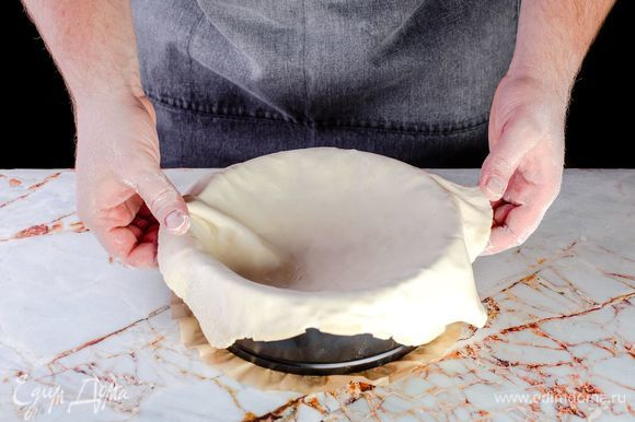 Раскатайте тесто в круг толщиной 1–1,5 см. Предварительно смажьте форму для запекания сливочным маслом. Выложите тесто в форму, сформируйте бортики по краям.