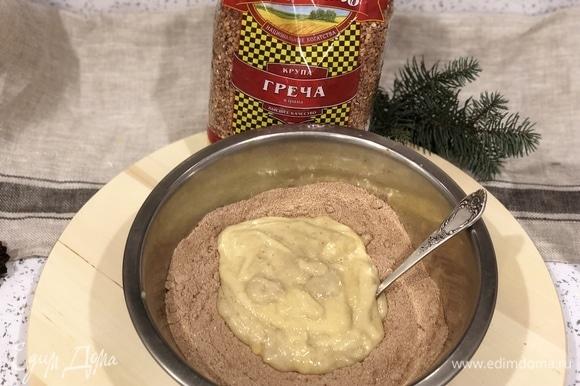Размять 2–3 банана. К бананам добавить 1 ст. л. уксуса, 80 мл растопленного кокосового масла. Перемешать банановую смесь и добавить в тарелку.