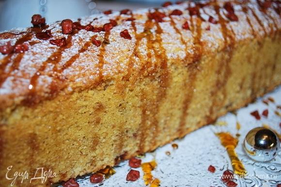 Кекс получается очень вкусным, с насыщенным вкусом миндаля и нежными нотками клубники. Готовила этот кекс на праздничный ужин, кроме кекса был еще торт. Кекс был съеден в первую очередь. Приятного аппетита.
