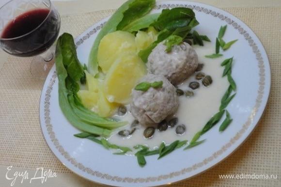 Подавать горячими, полив соусом. Немцы подают их исключительно с вареным картофелем. Я не могла обойтись без зелени. Хотя в рецепте об этом ничего не говорится.