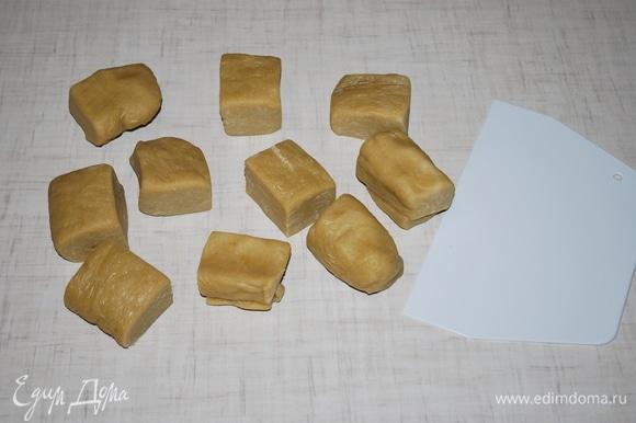 Охлажденное тесто разделите на равные части (я разделила на 10 частей). Я раскатывала тонко коржи.