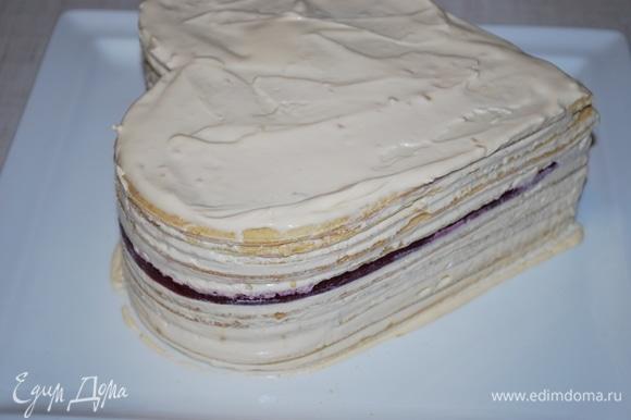 Украсьте торт по своему вкусу. Дайте ему пропитаться.