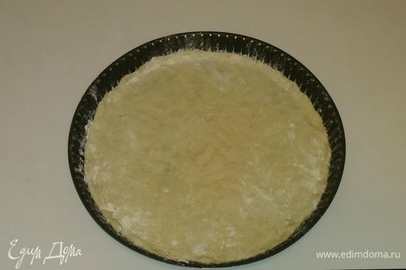 Берем форму для пиццы. Смазываем ее оливковым маслом и посыпаем чуть-чуть мукой, а затем выкладываем в форму тесто (его тоже чуть-чуть посыпаем мукой) и раскатываем.
