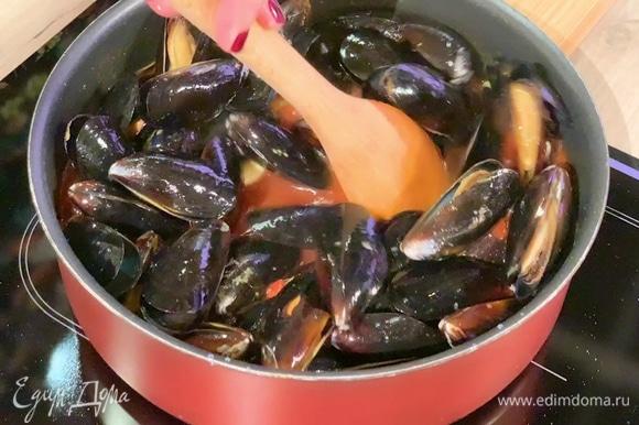Выложить мидии в соус, перемешать, накрыть сотейник крышкой и оставить на 5 минут.
