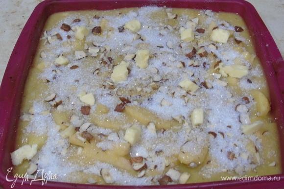 Сверху посыпаем орехами, сахаром и кусочками сливочного масла.