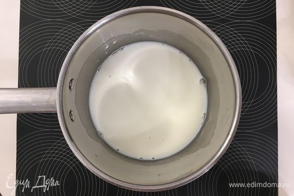Наливаем в ковш или в кастрюлю молоко (можно просто воду, но с молоком вкус будет более насыщенный). Высыпаем в него желатин и отставляем его на 40–60 минут для набухания.