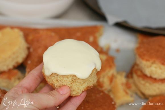 Традиционно кружочки склеивают между собой кремом и посыпают крошкой. Мне же больше нравятся маленькие однослойные пирожные, поэтому я просто макаю каждый кексик в крем и посыпаю крошкой.