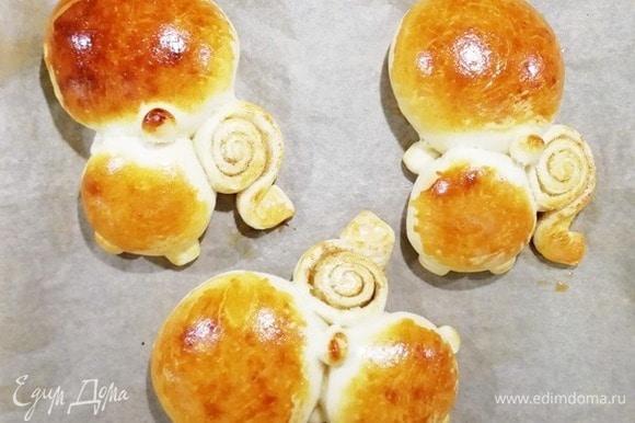 Выпекаем булочки в духовке, разогретой до 180°C, около 20 минут.