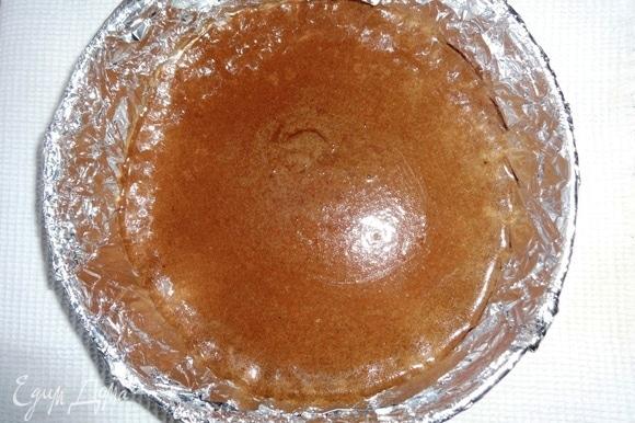 Форму снова застелить фольгой, смазать растительным маслом. Вылить темное тесто и испечь корж при 180°C в течение 25–30 минут.