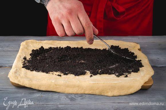 Выложите маковую начинку на тесто.