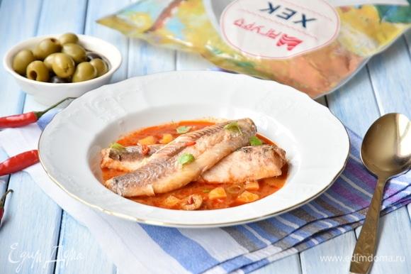 При подаче в тарелку выложить соус, затем — филе рыбы, освобожденное от костей. Посыпать блюдо зеленью и острым перцем (на любителя).